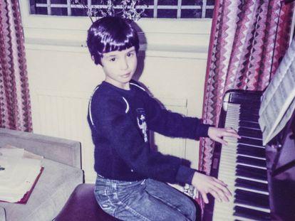 James Rhodes de niño, tocando el piano.