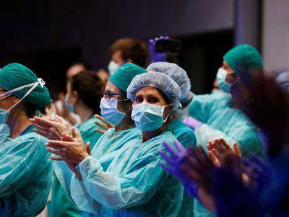 Sanitarios del servicio del urgencias del Hospital Universitario Reina Sofía de Córdoba responden este sábado al homenaje recibido de los ciudadanos.
