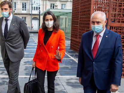 La presidenta de Ciudadanos, Inés Arrimadas, acompañada por los parlamentarios vascos Luis Gordillo (a la izquierda) y José Manuel Gil, a su llegada al Parlamento Vasco en Vitoria en noviembre de 2020.
