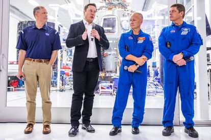 Elon Musk con el administrador de la NASA y los dos astronautas que transportó en su SpaceX.