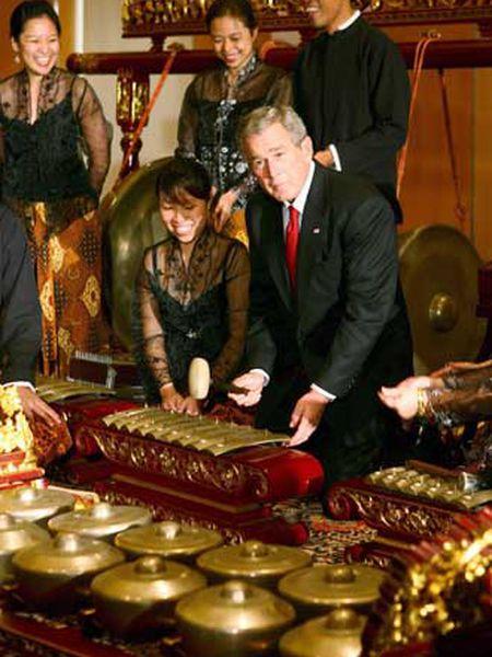 Bush toca un instrumento tradicional en un museo de Singapur.