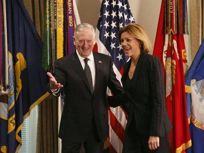 La ministra de Defensa, María Dolores de Cospedal, con su homólogo James Mattis, el pasado 23 de marzo en el Pentágono.