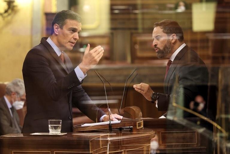 Doble exposición del presidente del Gobierno, Pedro Sánchez, y el líder de VOX, Santiago Abascal, durante su intervención en el pleno en el que se debate la moción de censura planteada por Vox, en el Congreso de los Diputados, este miércoles.