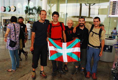 Varios de los montañeros vascos, ayer en el aeropuerto de Nueva Delhi.
