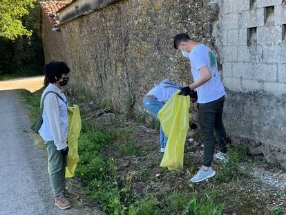 Los desperdicios abandonados a lo largo de las rutas empañan una experiencia como la que representa completar el Camino de Santiago.