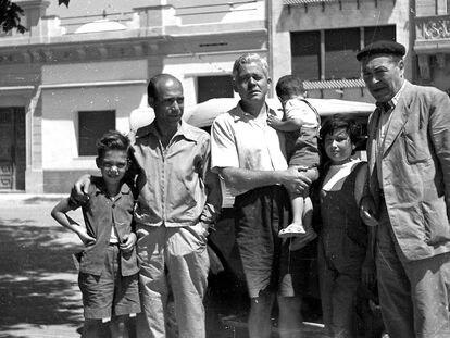 Alfons Quintà y su padre (izquierda), junto a Vicens Vives (con dos hijos) y Josep Pla, en los cincuenta.