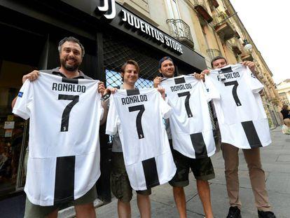 Varios aficionados posan con camisetas con el nombre de Cristiano.