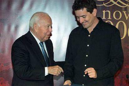 Santiago Roncagliolo recibe el Premio Alfaguara de Novela de manos de Jesús de Polanco.