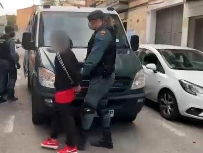 La Guardia Civil durante la detención de 13 miembros de la banda juvenil Blood.