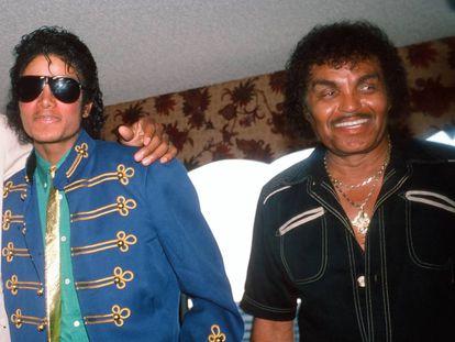 Michael Jackson y su padre, Joseph Jackson, en una imagen de 1984. El brazo sobre el hombro de Michael es del reverendo Jesse Jackson. Es complicado encontrar una imagen de padre e hijo juntos.