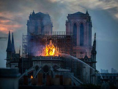 La catedral de Notre Dame sufrió un incendio en la tarde del 15 de abril, que ocasionó la pérdida de la cubierta y la aguja que proyectó Viollet-le-Duc, entre 1844 y 1864. |