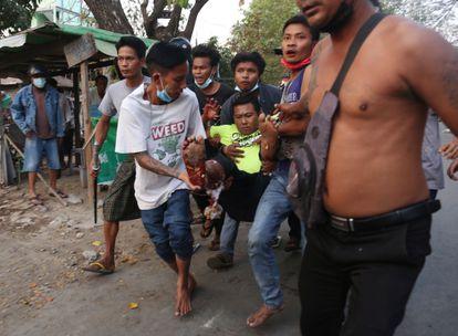Un hombre herido es traslado después de que la policía reprimiera a los manifestantes en Mandalay (Myanmar), este domingo.