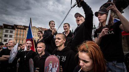 Un grupo de jóvenes neonazis en República Checa desde la que se dirigieron a una barriada gitana para intentar asaltarla en junio de este año.