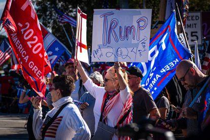 Partidarios de Donald Trump esperan su llegada a West Palm Beach, Florida, este miércoles.