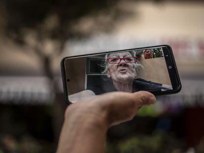 Pilar Larena habla con su hermana Concha por videoconferencia desde la residencia del brote, Fátima, en el municipio madrileño de Galapagar.