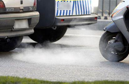 Humos contaminantes de los tubos de escape de los vehículos.
