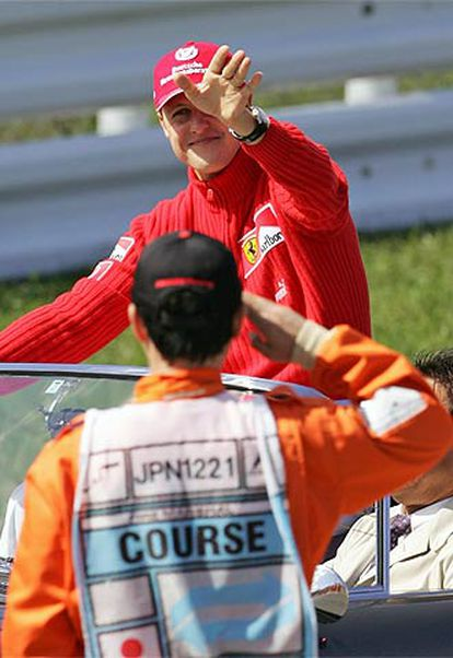 Schumacher saluda a un miembro del circuito de Suzuka.
