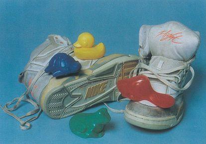 Juguetes de bañera del vertido de 1992, junto a unas zapatillas de un accidente anterior.