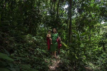 Eva se dirige, como cada día, hacia un regato de agua fresca que utiliza para su aseo y el de su hermano pequeño, Ashivanti.