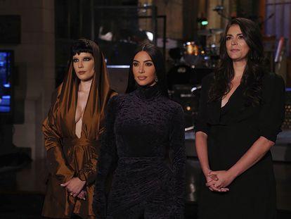 La cantante Halsey (a la izquierda), Kim Kardashian West (centro) y Cecily Strong, durante la promoción de su participación en 'Saturday Night Live'.