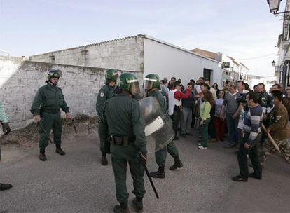 La Guardia Civil frena a los vecinos de Mirandilla (Badajoz), que intentaron linchar a una familia.