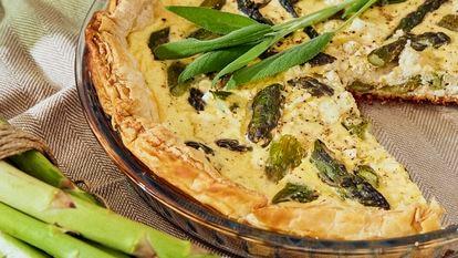 Reportaje sobre cenas de primavera. Tarta salada de espárragos verdes y queso feta