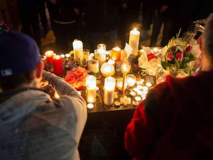 Velas en honor a los fallecidos en el atropello. En vídeo, el minuto de silencio del Parlamento canadiense por las 10 víctimas del atropello masivo de Toronto.
