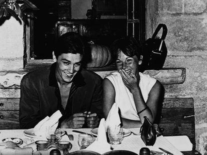 Alain Delon y Pascale Petit en La Colombe d'Or. |