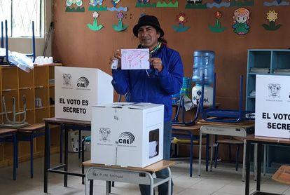 El excandidato presidencial de Ecuador Yaku Pérez muestra su voto este domingo, en la provincia de Azuay.