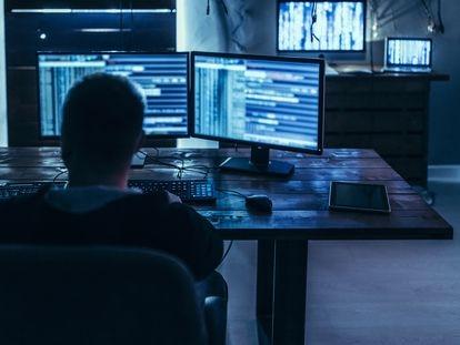 Un hombre frente a un ordenador, en una imagen de archivo.