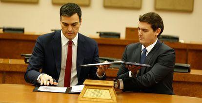 Pedro Sánchez y Albert Rivera, este miércoles, en la firma del acuerdo.