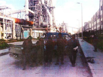 Milicianos en la planta de Lafarge en una fecha posterior a su evacuación.