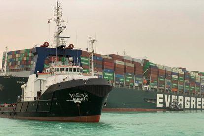 Imagen de la embarcación que bloquea el canal de Suez, cargada de contenedores.