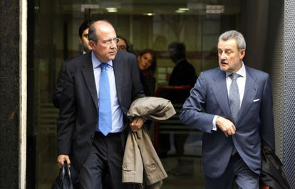 El presidente de Caja Canarias y vocal de BFA, Juan Manuel Suárez del Toro, izquierda, a su salida de la Audiencia Nacional tras declarar como imputado en el caso Bankia.
