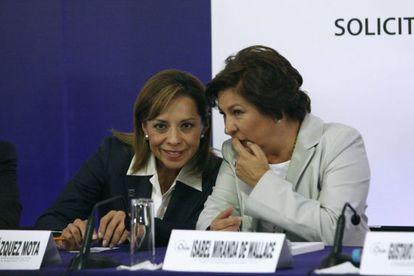 Josefina Vázquez Mota (izquierda) e Isabel Miranda de Wallace, candidata del PAN a la alcaldía del DF, durante un acto electoral celebrado el domingo.