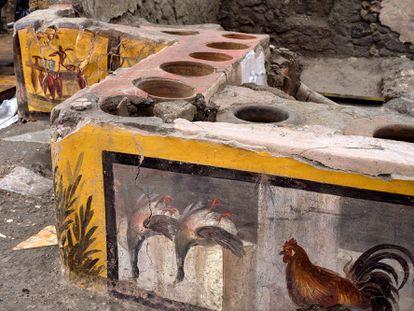 Detalle de la decoración descubierta en un 'termopolio', en el área arqueológica de Pompeya.