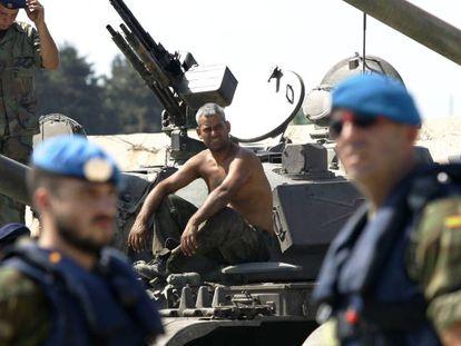 """Cascos azules"" españoles, soldados de Infantería de Marina, junto a militares del Ejército libanés."