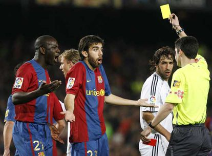 Undiano Mallenco muestra una tarjeta amarilla a Oleguer durante el Barça-Madrid del pasado marzo.