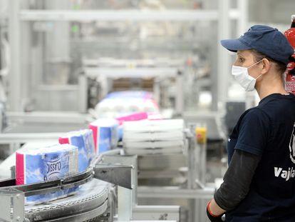 Una trabajadora supervisa una línea de producción de papel higiénico en una planta de Budapest (Hungría).