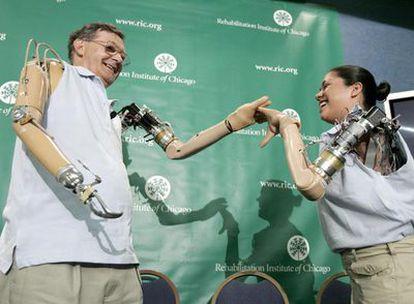 Jesse Sullivan y Claudia Mitchell se saludan con sus brazos biónicos en un congreso médico.