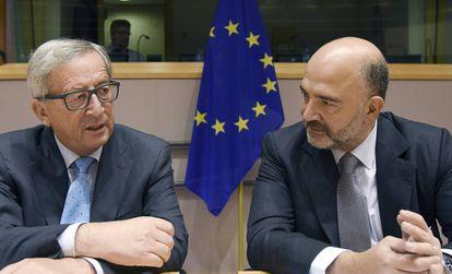 Jean-Claude Juncker (I) y el comisario Pierre Moscovici.