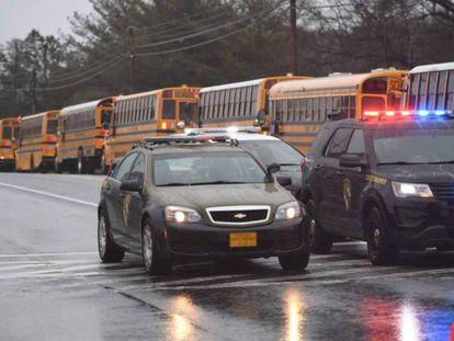 Autobuses escolares y coches de seguridad, este martes a las afueras del instituto Great Mills de Maryland. En el vídeo, momento en que un agente encuentra a unos alumnos escondidos.