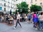 Cientos de personas ya pasean por las calles del barrio de Chueca y disfrutan de sus bares y terrazas, durante la celebración del Chueca´s Pride, a 25 de junio de 2021, en Madrid (España). El Chueca's Pride, celebrado en Chueca, el barrio más abierto de Madrid, marca el pistoletazo de salida de las fiestas del Orgullo LGTBI, que tienen lugar del 25 de junio al 4 de julio. 25 JUNIO 2021 A. Pérez Meca / Europa Press 25/06/2021