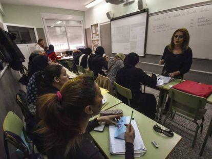 Mujeres aprenden español en Ceuta en la asociación Digmun.