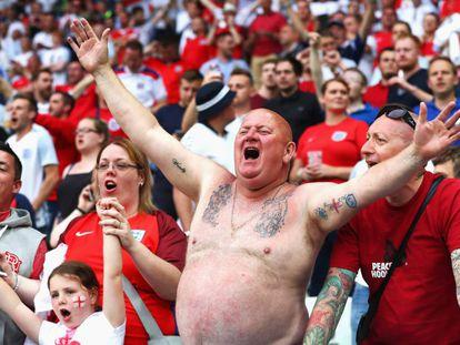 Un hincha de la selección inglesa, durante un partido de fútbol de la Eurocopa en Francia.