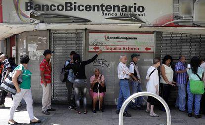 Cola para sacar dinero este viernes en Caracas.