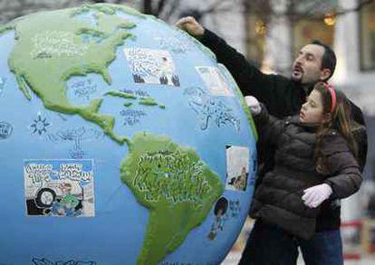 Una niña mira un globo terráqueo en Copenhague.