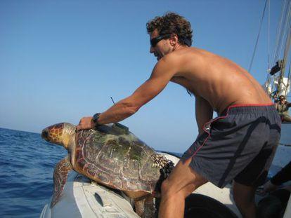 Ricardo Sagarminaga involucra tanto a pescadores artesanales como a la gran industria en de la investigación marina.