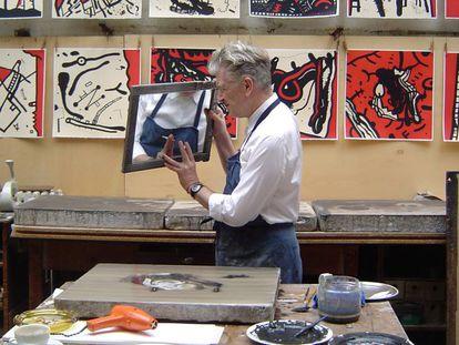 David Lynch, trabajando con sus litografías sobre Fellini.