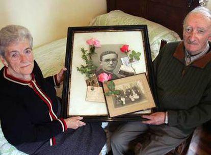 Vicenta y Fidel Sagarna enseñan las fotos de su hermano José, el sacerdote fusilado por las tropas franquistas cerca de Larruskain.
